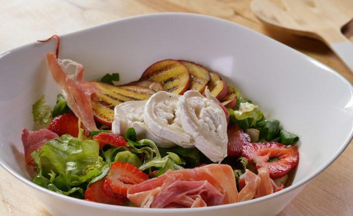 Salată mediteraneană cu prosciutto, brânză de capră și piersici la grătar - C