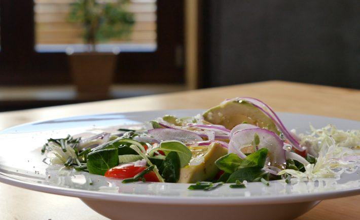 salata-cu-avocado-praz-si-ceapa-rosie-c