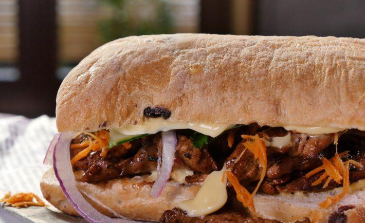 sandwich-banh-mi-cu-porc-ceapa-rosie-si-maioneza-c