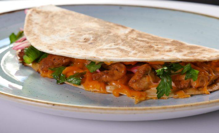 tortilla-cu-pui-marinat-si-salata-de-ceapa-rosie-peruana-c
