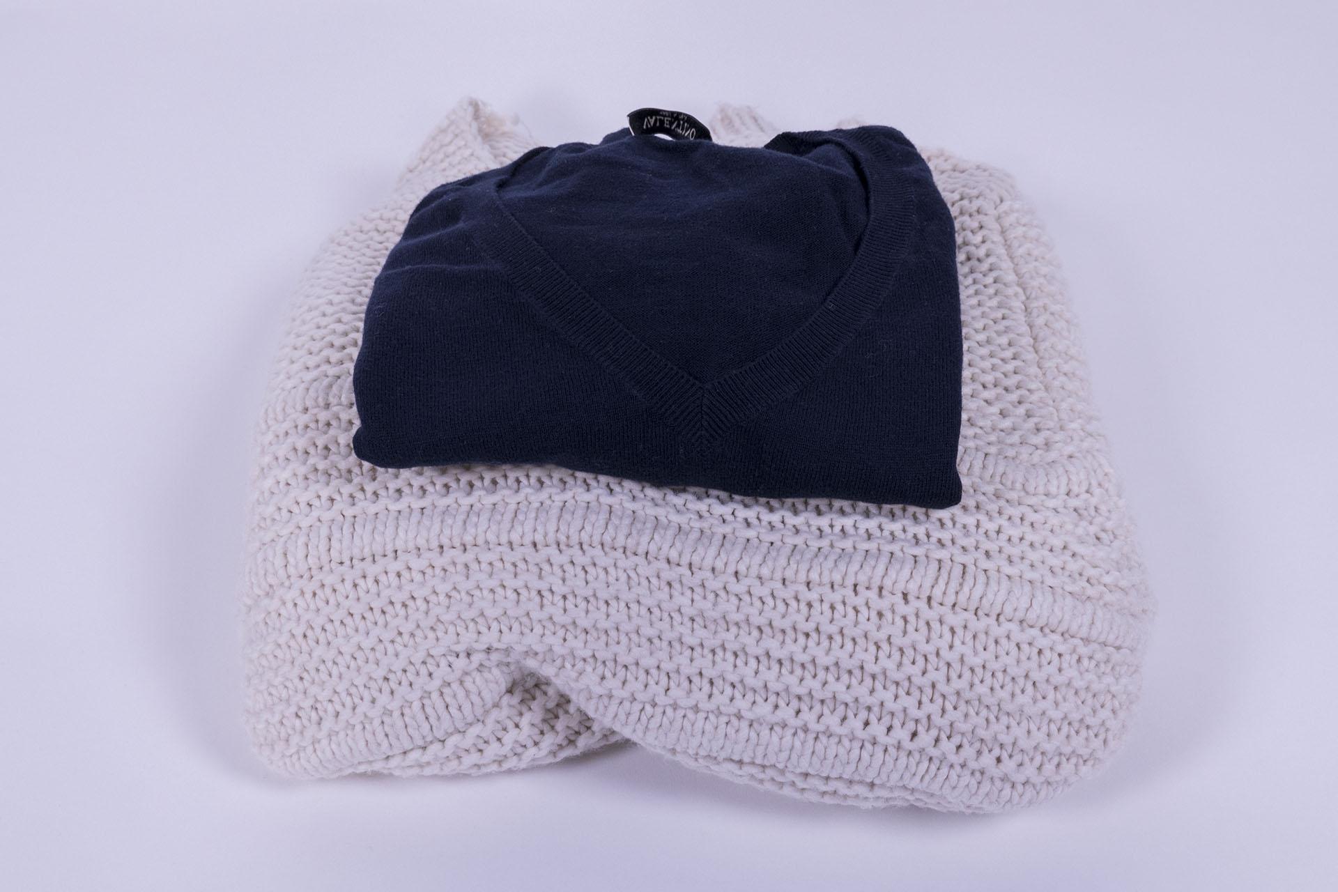"""Iată o comparație: un pulover de lână și unul de cașmir, ambelemărimea """"M""""."""