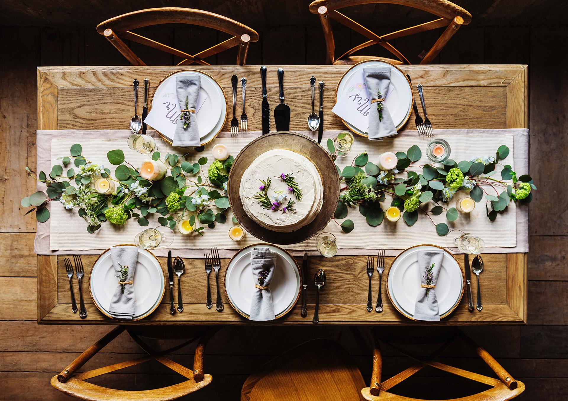 Cum să decorezi simplu şi elegant masa de Crăciun